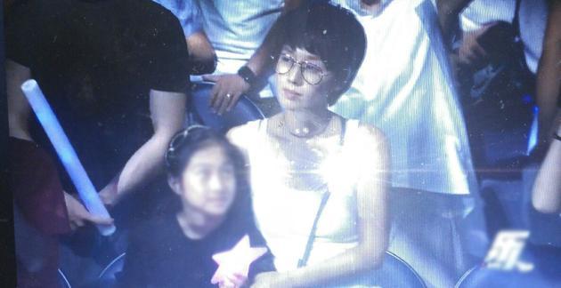 马伊琍带女儿听朴树演唱会 变回了十年前的夏琳!