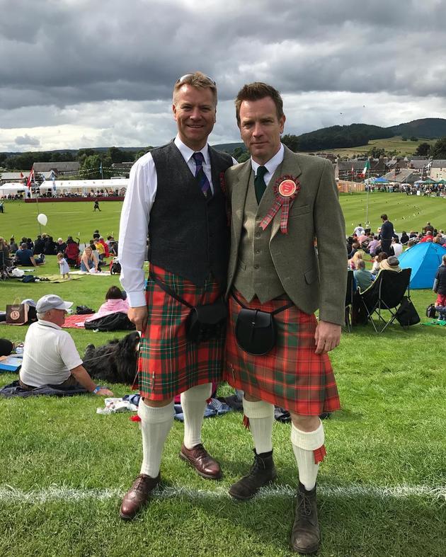 麦克格雷格穿苏格兰短裙参加活动 与兄为父庆贺