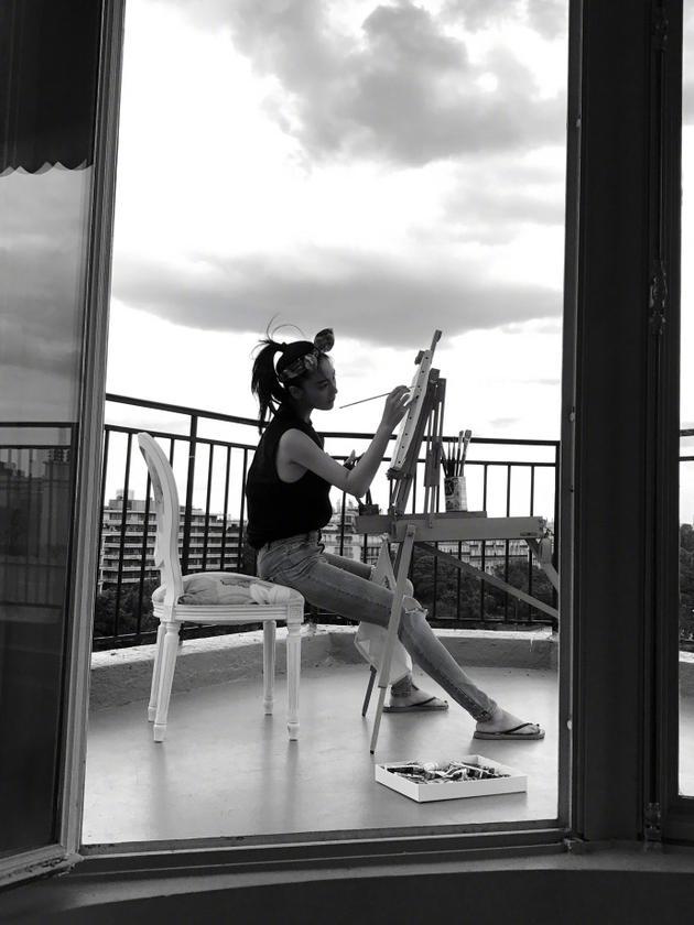 张馨予阳台画画露精致侧颜 手臂纤细大长腿瞩目