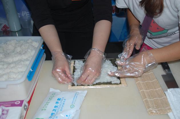 观众现场制作寿司