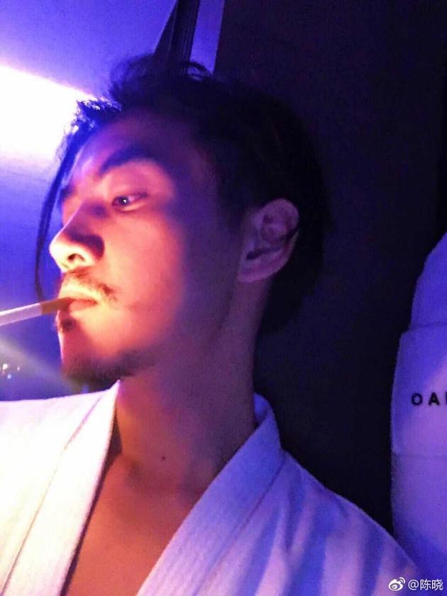 陈晓慵懒叼烟侧颜帅炸 原来留胡子的男人这么撩人图片