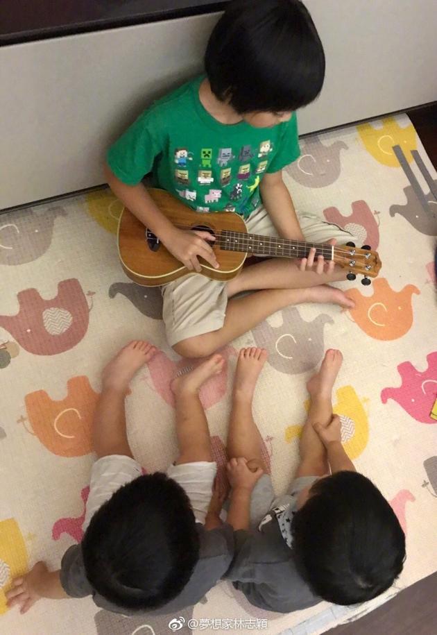 KIMI弹奏小星星 两弟弟围观变迷弟画面超暖