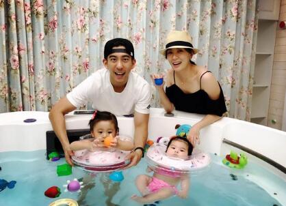 贾静雯和修杰楷带咘咘、Bo妞到室内泳池玩水