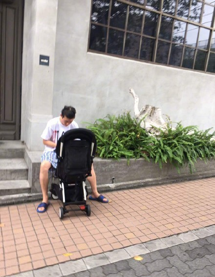女儿奴!陈冠希日本街头穿睡衣推婴儿车不停拍照