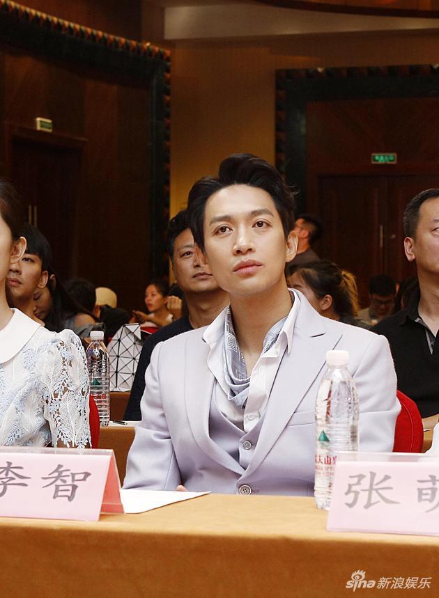 李智《猎隼》首演终极反派 与张翰对决黑白棋局