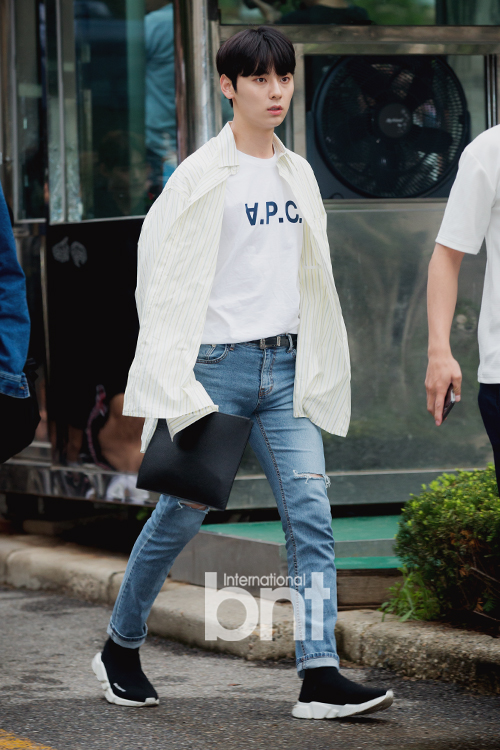 WannaOne《音银》上班路秩序混乱 取消媒体拍摄