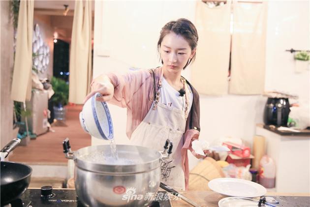 > 正文     信息时报讯 (记者 吉媛媛) 在湖南卫视真人秀《中餐厅》里图片