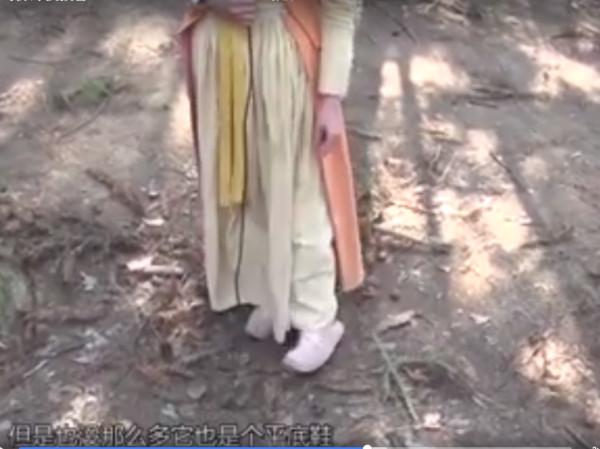 热巴透露即便已经穿了有点高度的平底鞋,和刘畅对戏时,仍被导演要求踩苹果箱。