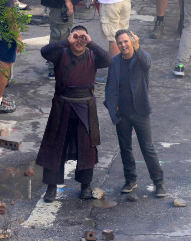 绿巨人《复联3》片场比中指 再被偷拍举牌道歉