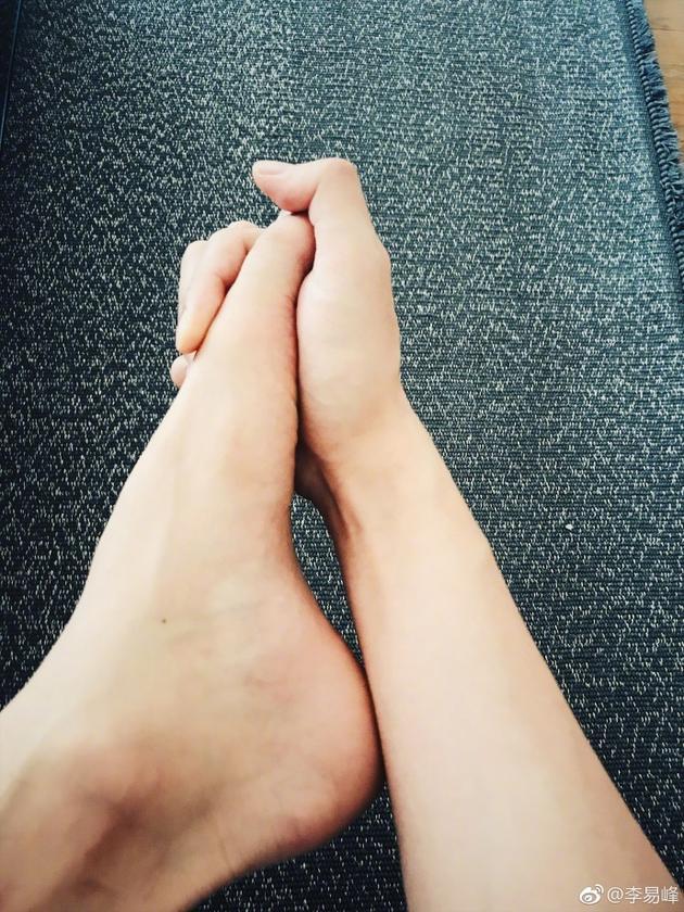 李易峰手牵着脚