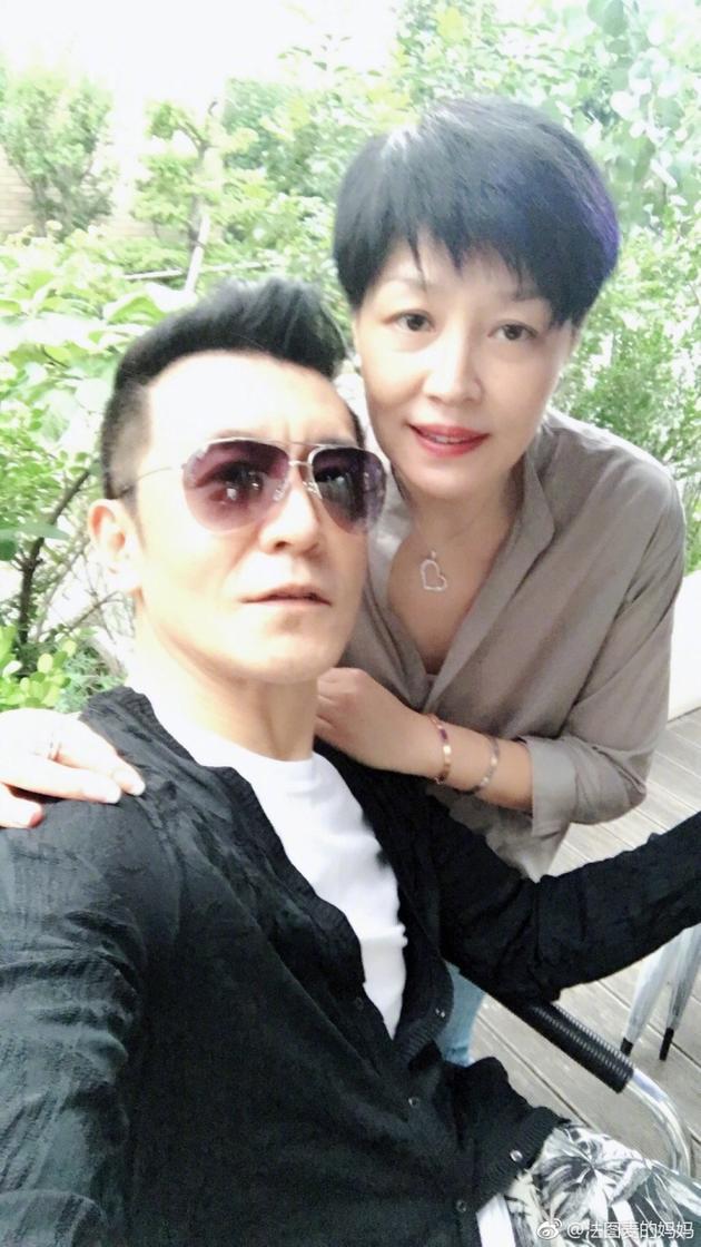 哈文七夕罕见秀恩爱 与老公李咏搭肩合影超亲密
