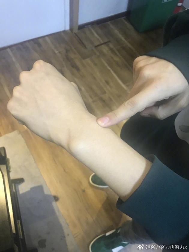 套路深!张艺兴七夕前指着手腕表白:我的表白吗?