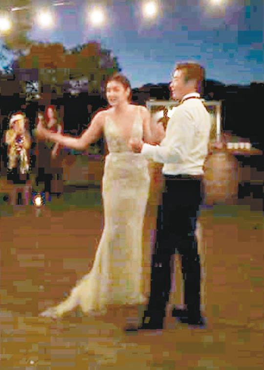 乐基儿与老公在婚宴上共舞