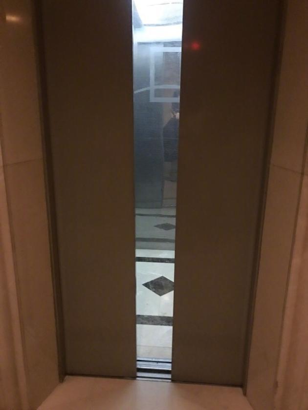 熊乃瑾情急掰开电梯门逃生 网友纠正:危险不提倡