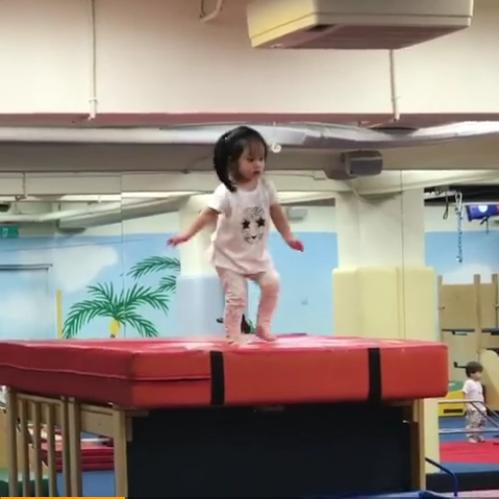 关颖女儿大胆跳进球池视频截图