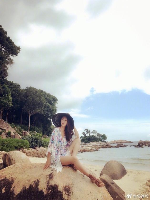 曹格娇妻度假心情好 海滩上晒太阳长腿超抢镜