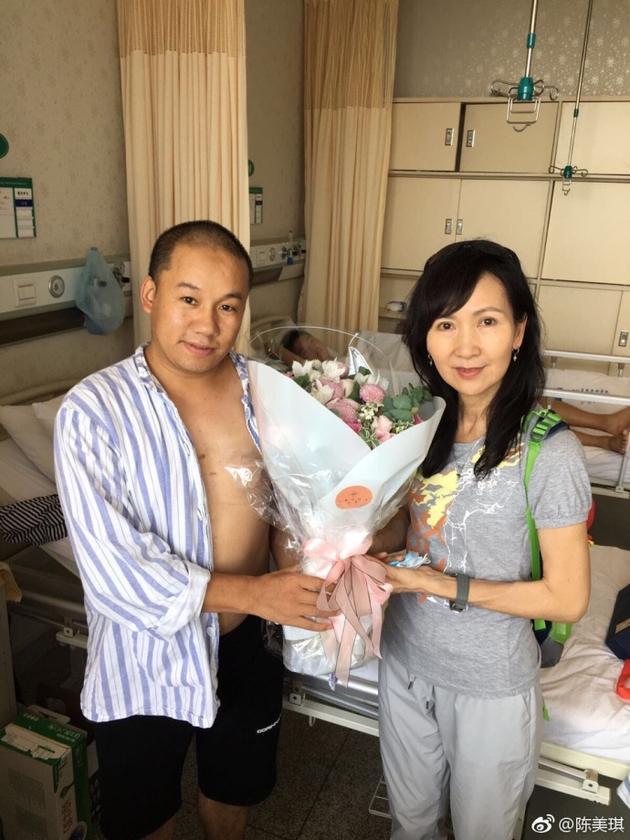 陈美琪与九寨沟伤员合影