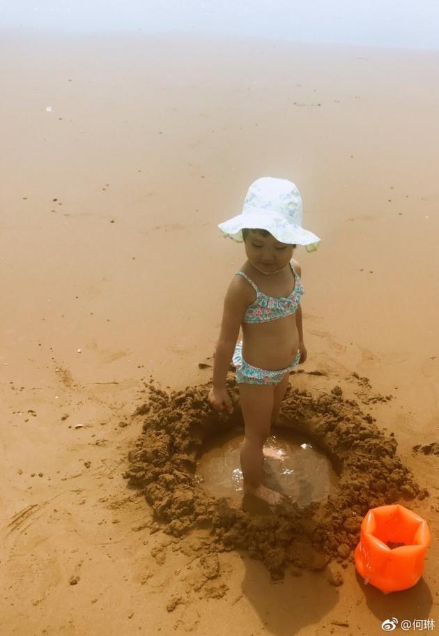 何琳首晒女儿正面照 母女牵手漫步沙滩长腿吸睛