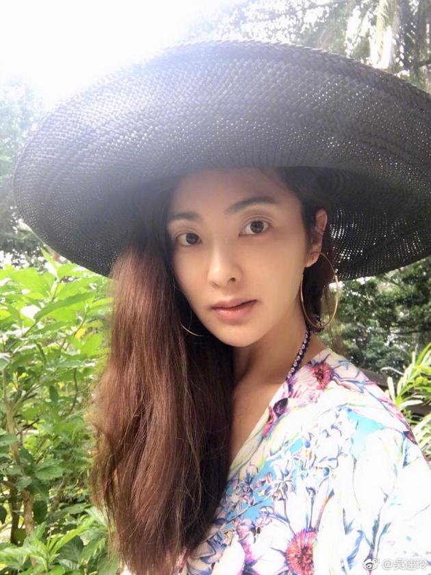 吴速玲戴草帽自拍