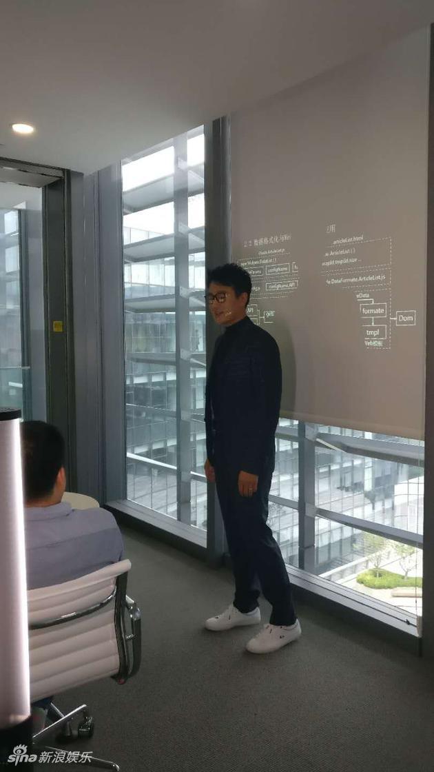 佟大为到访新浪总部 黑框眼镜运动鞋化身码农