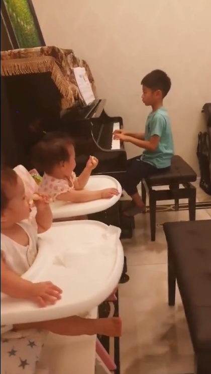 杨阳洋弹钢琴妹妹却只顾吃饼干 杨云:观众不专心