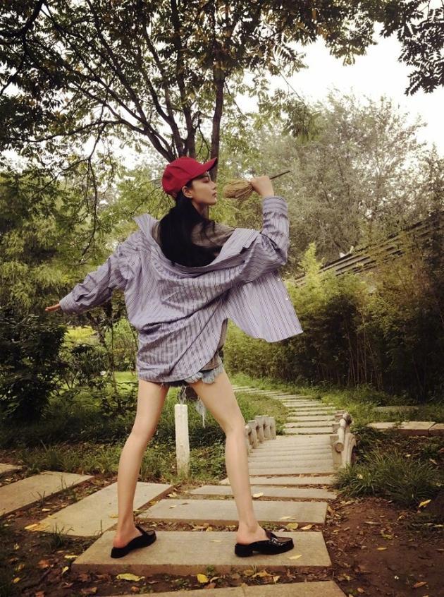 张馨予手握树枝装灵魂歌者 网友:我的眼里只有腿