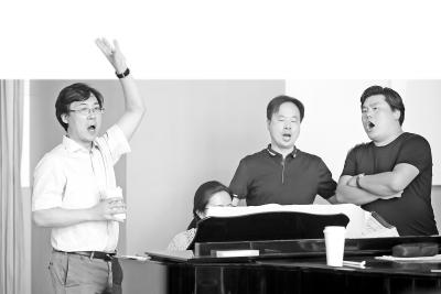 廖昌永(左一)在排练中