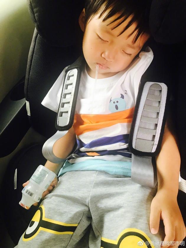 邹市明 儿子叼吸管睡着