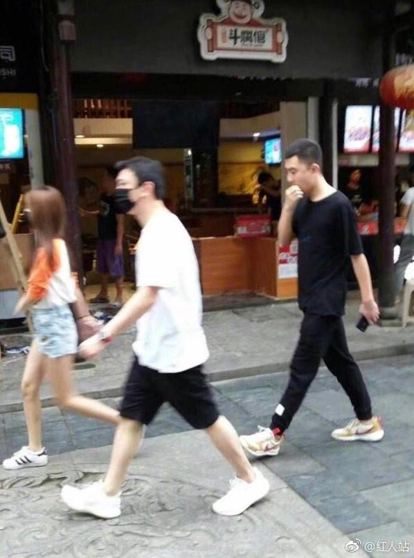 王思聪新恋情曝光 女友身材高挑美腿纤细