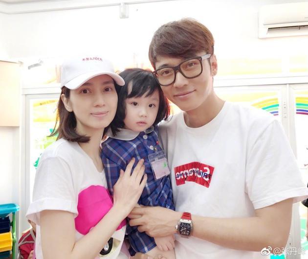 张丹峰洪欣送女儿上学 一家人合影颜值都很高