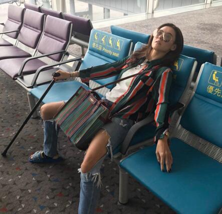 张柏芝拄拐杖瘫坐在椅子上 脚缠绷带惹网友心疼