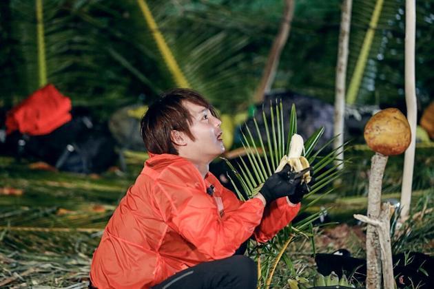 《我们的征途》尹正伐木做皮裙 暖心照顾队友姚笛