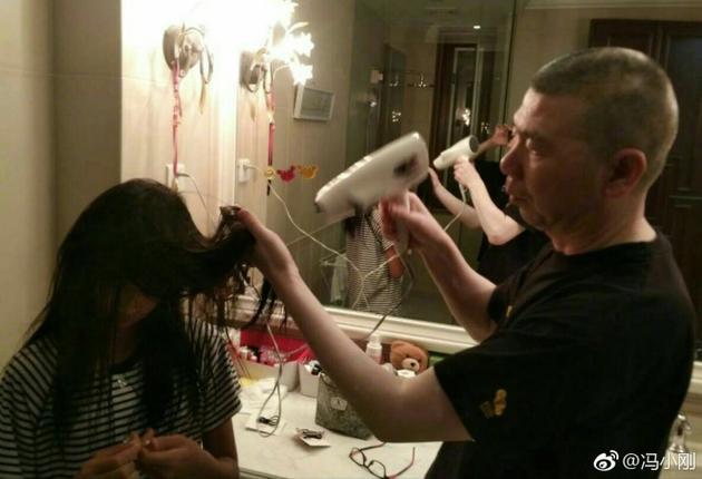 冯小刚黑女儿吹头发