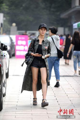 前来学校报到的美女新生。 中新网记者 李泊静 摄