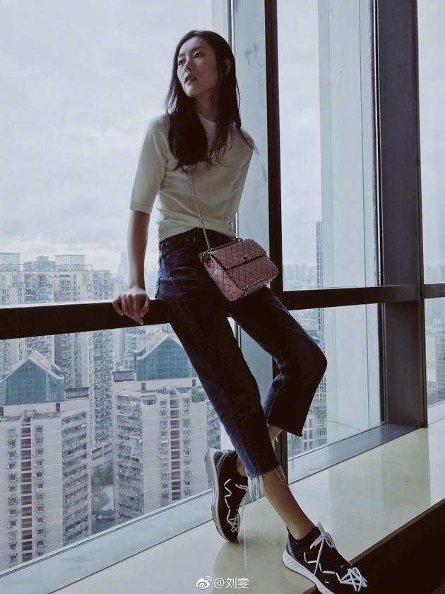 """刘雯窗边拍照秀""""2米""""长腿  感叹""""时间不停留"""""""