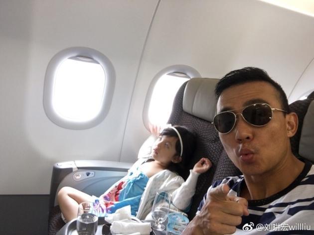 刘畊宏与女儿在飞机上
