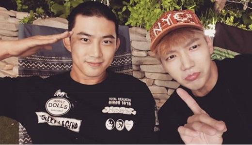 2PM玉泽演入伍短发照公开 微笑敬礼笑容暖心