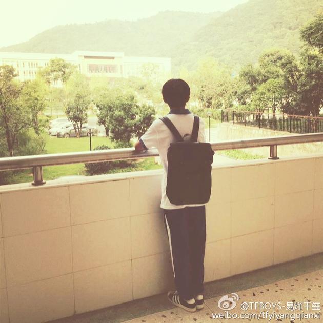 两年前的开学之际,刚刚成为高中生的他也在同样的地点拍了一张相同的照片。