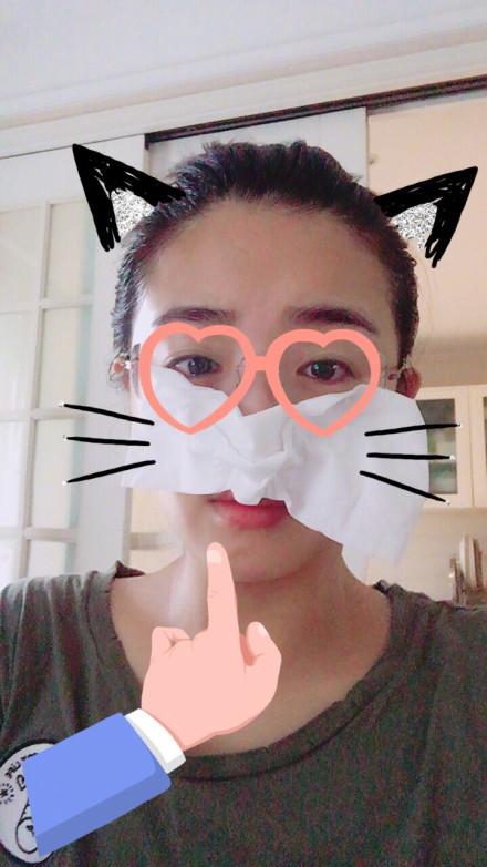 张含韵素颜追剧哭红了眼 拿纸巾凹造型扮小萌猫