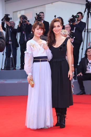 此前就有媒体称赞卢靖珊衣品很赞,《聚焦中国》红毯身着黑裙黑靴,予人干练之美