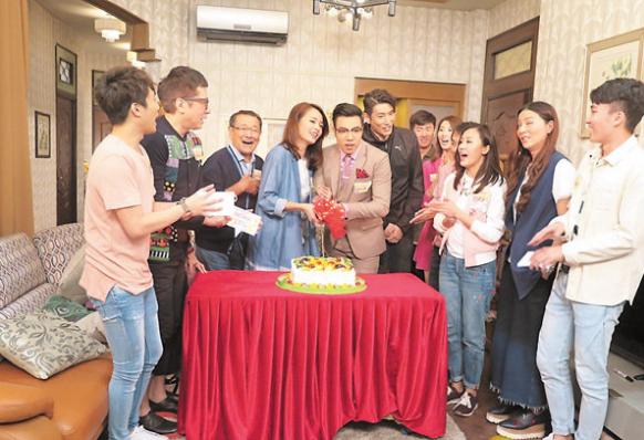 袁文杰(左六)昨天和《爱.回家》两名演员一起庆生