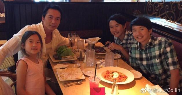 邹兆龙和家人聚餐
