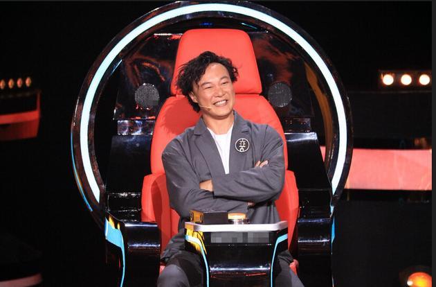 《新歌声》陈奕迅好奇玩坏升降台 一心想做学员