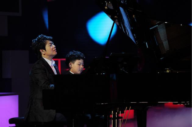 《快本》郎朗上演超高难度绝技鼻子弹钢琴