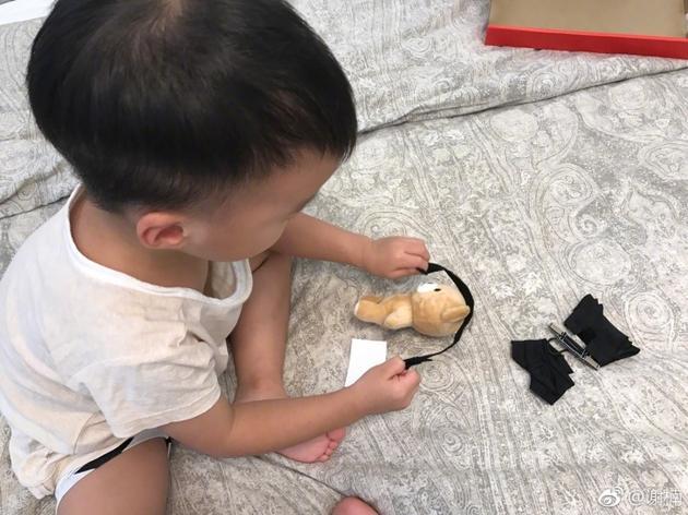 吴京儿子做手工自玩自嗨 把小熊玩偶当海盗捆起来