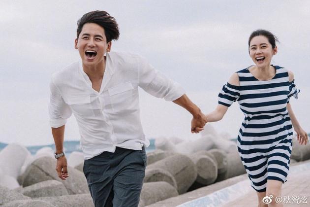 秋瓷炫晒与于晓光牵手照 两人笑容灿烂满屏幸福