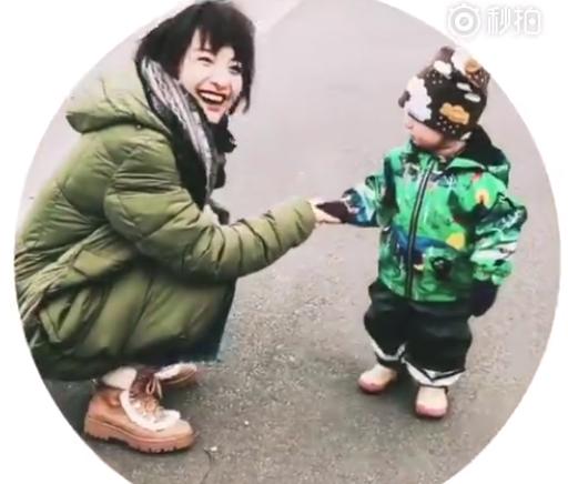 吴昕欧洲郊外玩耍 路遇小朋友开心打招呼笑容灿烂