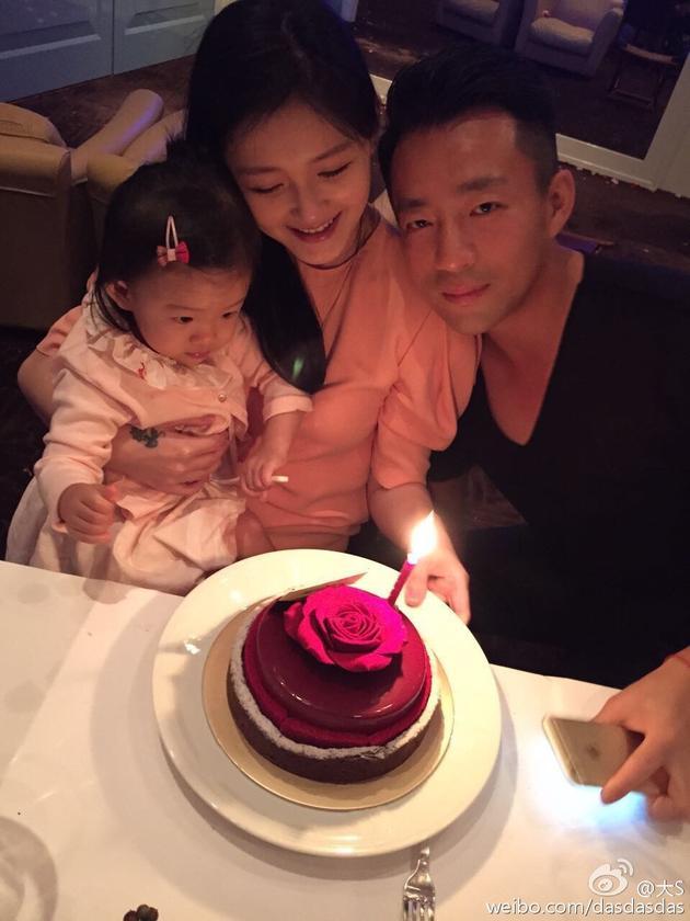 大S抱着女儿与老公汪小菲