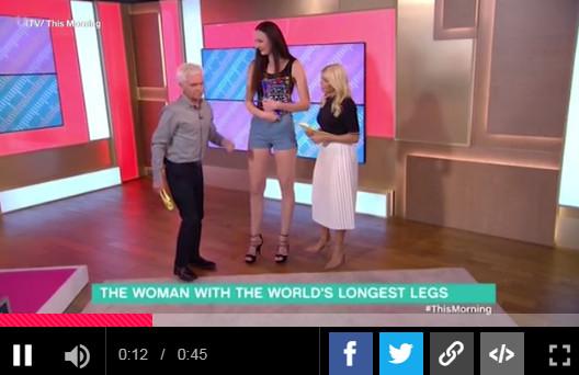 """俄罗斯女模腿长133公分!主持人""""站梯子""""访问"""