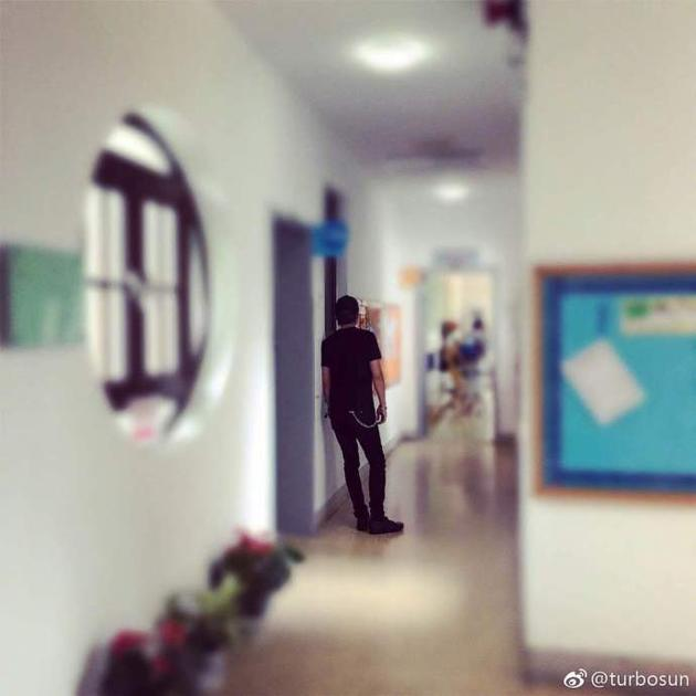 邓超站在等等幼儿园教室门口